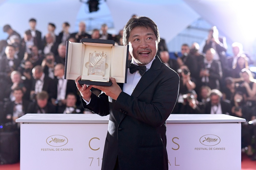 CANNES, FRANCE - MAY 19: Director Hirokazu Koreeda poses with the Palme d'Or award for 'Shoplifters' (Manbiki Kazoku) at the photocall the Palme D'Or Winner during the 71st annual Cannes Film Festival at Palais des Festivals on May 19, 2018 in Cannes, France. (Photo by Pascal Le Segretain/Getty Images) *** Local Caption *** Hirokazu Koreeda